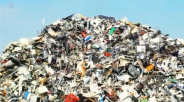 Cặp vợ chồng bới hơn 7 tấn rác để tìm nhẫn kim cương 10 tỷ đồng - Ảnh 3