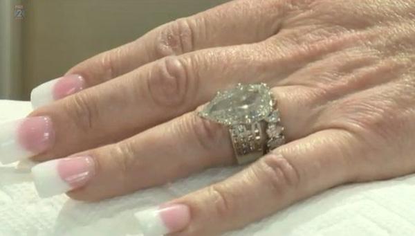 Cặp vợ chồng bới hơn 7 tấn rác để tìm nhẫn kim cương 10 tỷ đồng - Ảnh 4