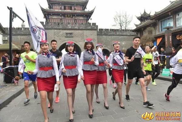 """Nữ tiếp viên hàng không đi giày cao gót chạy bộ vì """"Song Joong Ki"""" gây sốt mạng - Ảnh 1"""