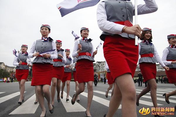 """Nữ tiếp viên hàng không đi giày cao gót chạy bộ vì """"Song Joong Ki"""" gây sốt mạng - Ảnh 2"""
