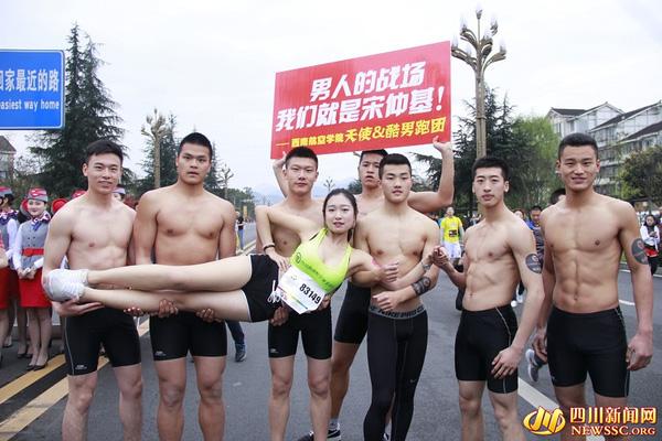 """Nữ tiếp viên hàng không đi giày cao gót chạy bộ vì """"Song Joong Ki"""" gây sốt mạng - Ảnh 3"""