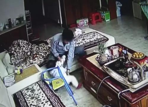 Cha mẹ nghẹn lòng khi xem clip con 8 tháng tuổi bị bảo mẫu bạo hành - Ảnh 1
