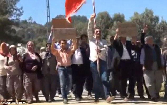 """Trai làng """"ế vợ"""" biểu tình vì gái trong làng dắt nhau lên thành phố lấy chồng - Ảnh 1"""
