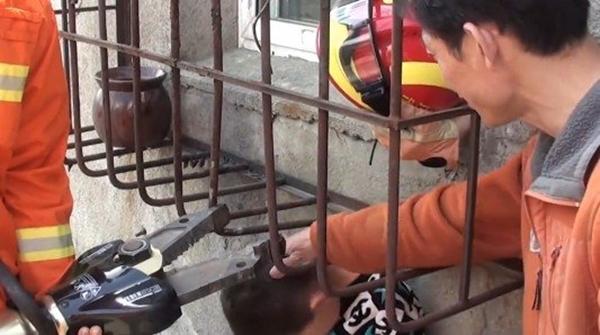 Con trai bị kẹt đầu vào rào chống trộm, bố đứng bên cạnh cười ha ha - Ảnh 3