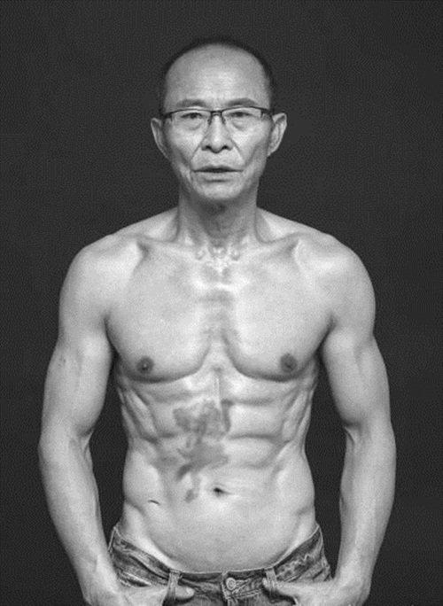 """Sở hữu body chuẩn 6 múi, người đàn ông 61 tuổi được gọi là 'soái ca không tuổi"""" - Ảnh 3"""