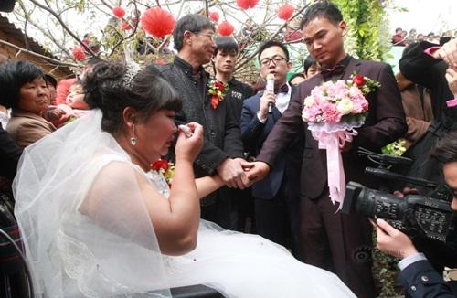 Rơi nước mắt với đám cưới của cô dâu bị liệt - Ảnh 2