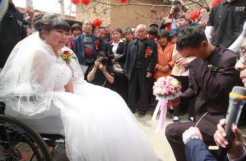 Rơi nước mắt với đám cưới của cô dâu bị liệt - Ảnh 3