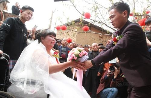 Rơi nước mắt với đám cưới của cô dâu bị liệt - Ảnh 4