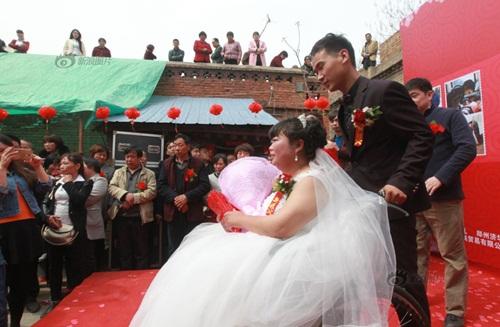 Rơi nước mắt với đám cưới của cô dâu bị liệt - Ảnh 5