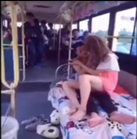 """Dân mạng """"tức mắt"""" khi xem clip cặp đôi trẻ """"nóng bỏng"""" ngay trên xe bus - Ảnh 1"""