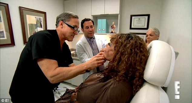 Người phụ nữ chuyển giới bị biến dạng vì bác sĩ 'dởm' tiêm xi măng vào mặt - Ảnh 4