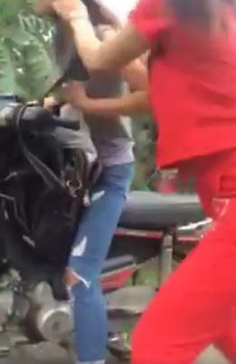 Dân mạng xôn xao clip cô gái bị chủ hàng túm tóc, dùng mũ bảo hiểm đánh tới tấp - Ảnh 3