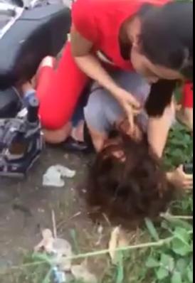Dân mạng xôn xao clip cô gái bị chủ hàng túm tóc, dùng mũ bảo hiểm đánh tới tấp - Ảnh 4