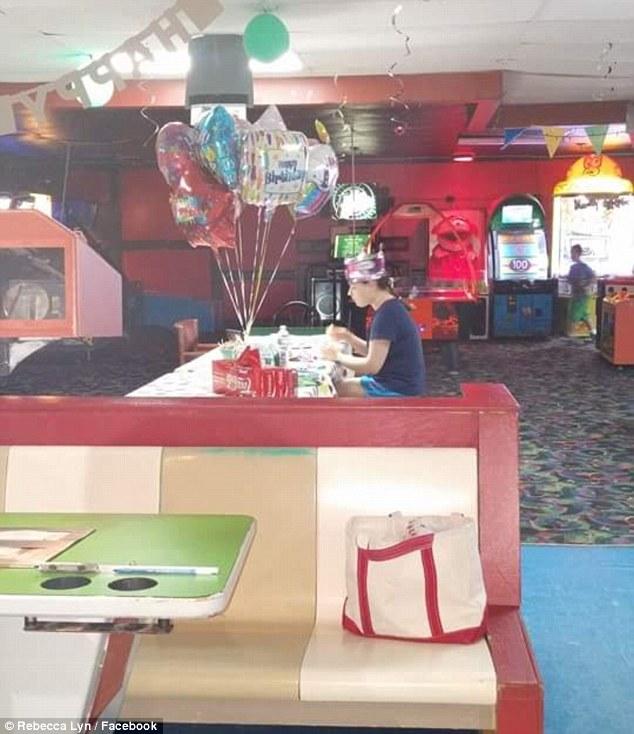 Cô gái tổ chức tiệc sinh nhật 18 tuổi nhưng chẳng ai đến dự - Ảnh 1