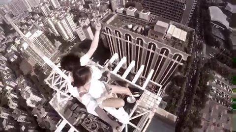 Dân mạng 'chóng mặt' lên án cặp đôi vô tư selfie trên nóc nhà 70 tầng - Ảnh 1