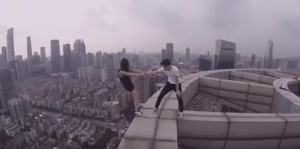Dân mạng 'chóng mặt' lên án cặp đôi vô tư selfie trên nóc nhà 70 tầng - Ảnh 2