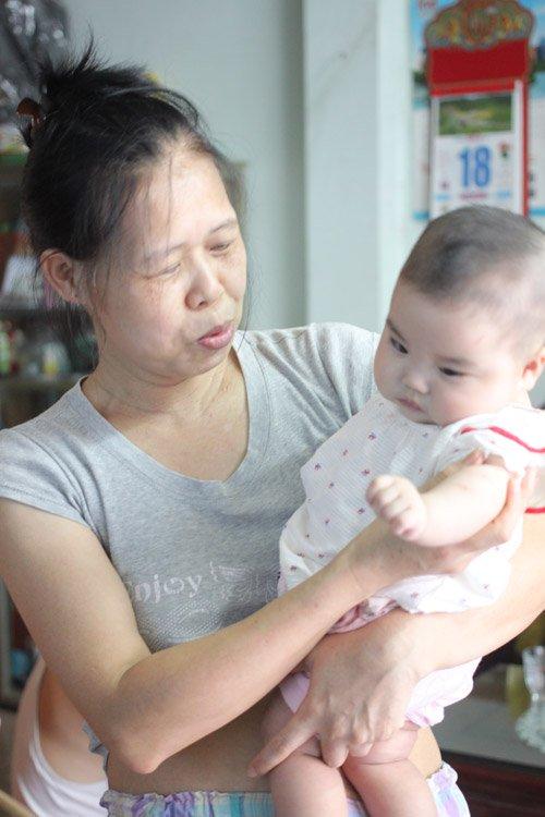 Người đàn bà 53 tuổi vỡ òa hạnh phúc khi được làm mẹ - Ảnh 1