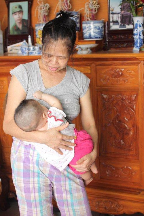 Người đàn bà 53 tuổi vỡ òa hạnh phúc khi được làm mẹ - Ảnh 4