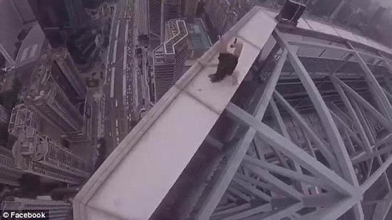 Dân mạng 'chóng mặt' lên án cặp đôi vô tư selfie trên nóc nhà 70 tầng - Ảnh 3