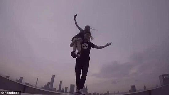 Dân mạng 'chóng mặt' lên án cặp đôi vô tư selfie trên nóc nhà 70 tầng - Ảnh 6
