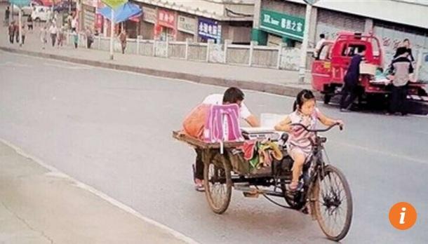"""Bé gái gồng mình đạp xe bán hoa quả dạo """"đốn tim"""" dân mạng - Ảnh 1"""