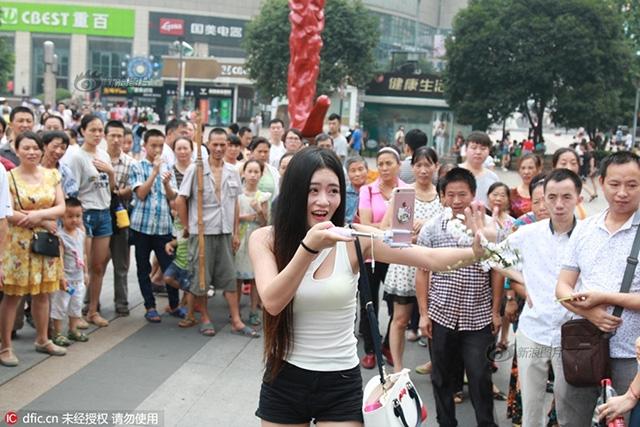 Cô gái trẻ mặc khêu gợi, uốn éo, livestream giữa phố đông người - Ảnh 6