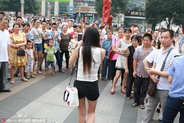 Cô gái trẻ mặc khêu gợi, uốn éo, livestream giữa phố đông người - Ảnh 7