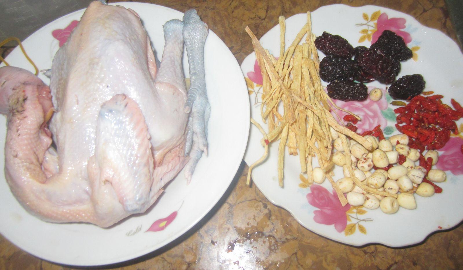 Cuối tuần tẩm bổ với món gà hầm thuốc bắc hạt sen - Ảnh 1