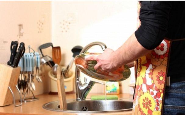 Là phụ nữ hãy lấy người đàn ông biết quét nhà rửa bát - Ảnh 1