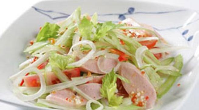 Lạ miệng với món salad xúc xích hành tây - Ảnh 2