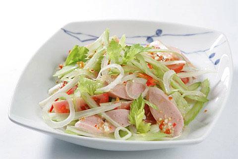 Lạ miệng với món salad xúc xích hành tây - Ảnh 4