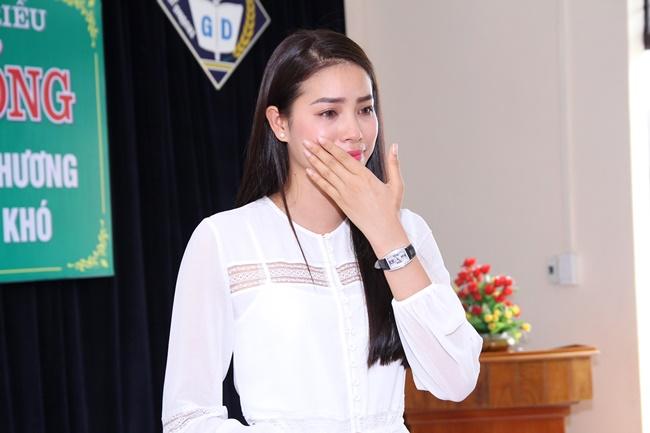 Hoa hậu Phạm Hương xúc động khi về thăm trường cũ - Ảnh 5