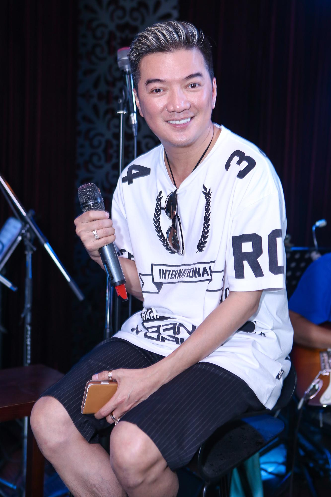 Clip: Đàm Vĩnh Hưng chọc phá danh ca Thái Châu khi tập nhạc - Ảnh 2