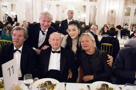 Lý Nhã Kỳ ngồi bàn tiệc quyền lực nhất Cannes  - Ảnh 3