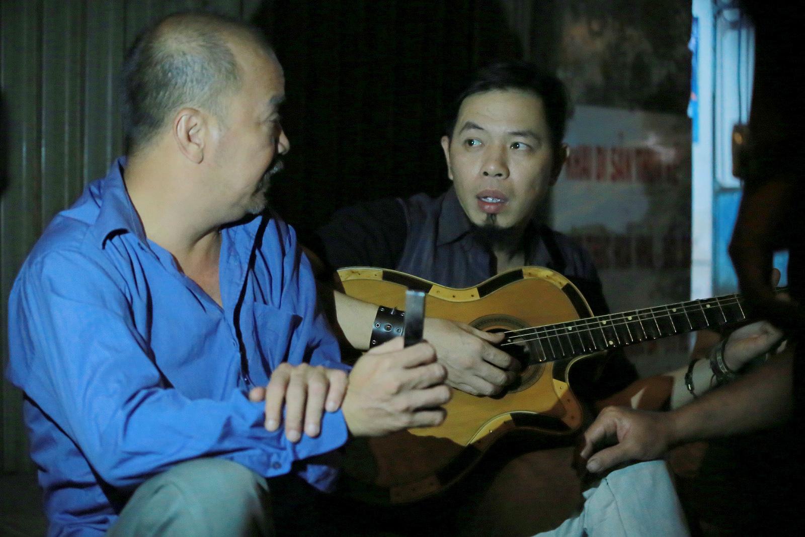 Đạo diễn Charlie Nguyễn khoe clip hát rock của danh hài Hoàng Sơn - Ảnh 1