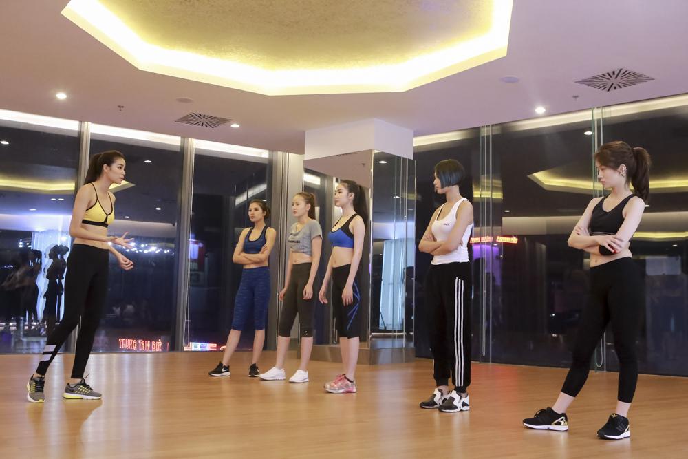"""Lan Khuê dạy thí sinh catwalk nhón chân, Phạm Hương """"uốn cong"""" học trò  - Ảnh 3"""