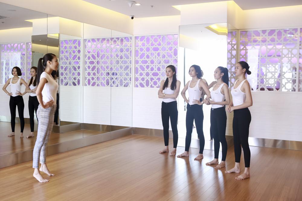 """Lan Khuê dạy thí sinh catwalk nhón chân, Phạm Hương """"uốn cong"""" học trò  - Ảnh 1"""
