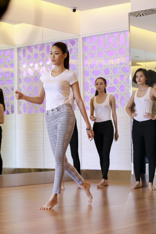 """Lan Khuê dạy thí sinh catwalk nhón chân, Phạm Hương """"uốn cong"""" học trò  - Ảnh 2"""