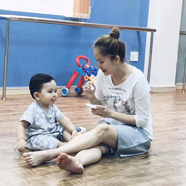 Facebook sao: Thủy Tiên xây cầu từ thiện, MC Kỳ Duyên khoe ảnh bố mẹ - Ảnh 6