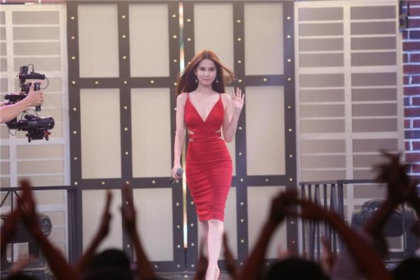 Ngọc Trinh tự tin làm MC truyền hình dù giọng nói quê mùa - Ảnh 1