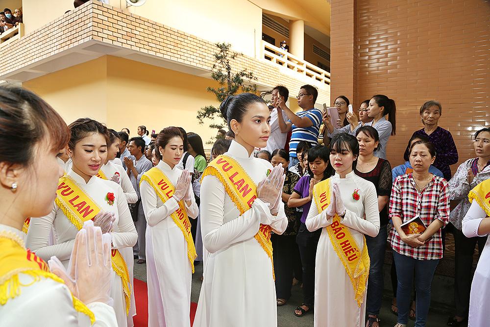 Trương Thị May cùng 100 bạn trẻ mặc áo dài trắng dự lễ Vu lan - Ảnh 2