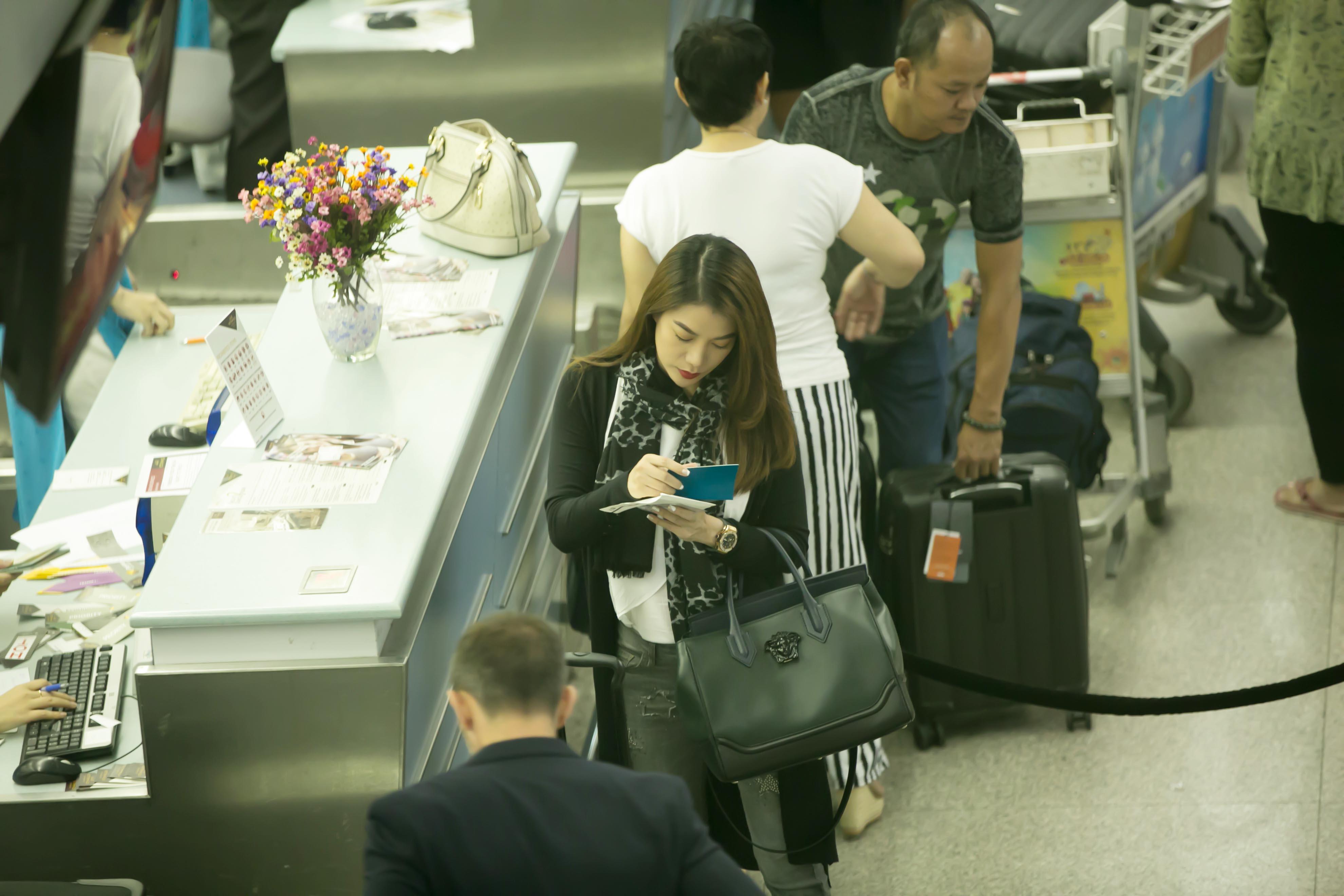 Trương Ngọc Ánh bụi bặm, sành điệu ở sân bay đi Mỹ - Ảnh 4