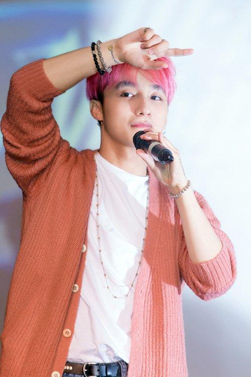 """Sơn Tùng """"chất lừ"""" với mái tóc hồng cá tính - Ảnh 5"""