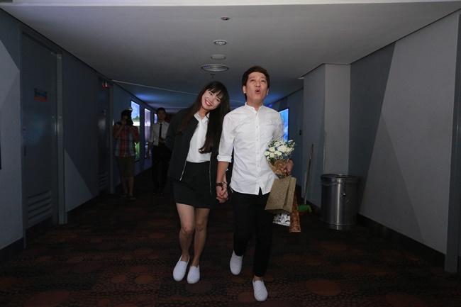 Nhã Phương - Trường Giang tiếp tục diện giày đôi, nắm tay sánh bước - Ảnh 7
