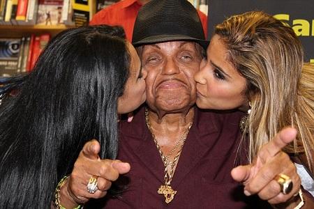 Cha Michael Jackson nhập viện vì nghi sử dụng Viagra quá liều - Ảnh 2