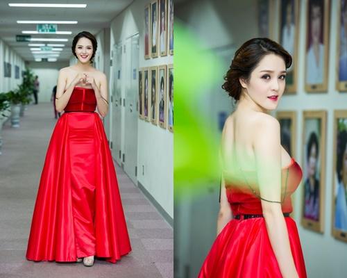 Á hậu Hoàng Anh diện váy đỏ nổi bật khoe vai trần gợi cảm - Ảnh 1