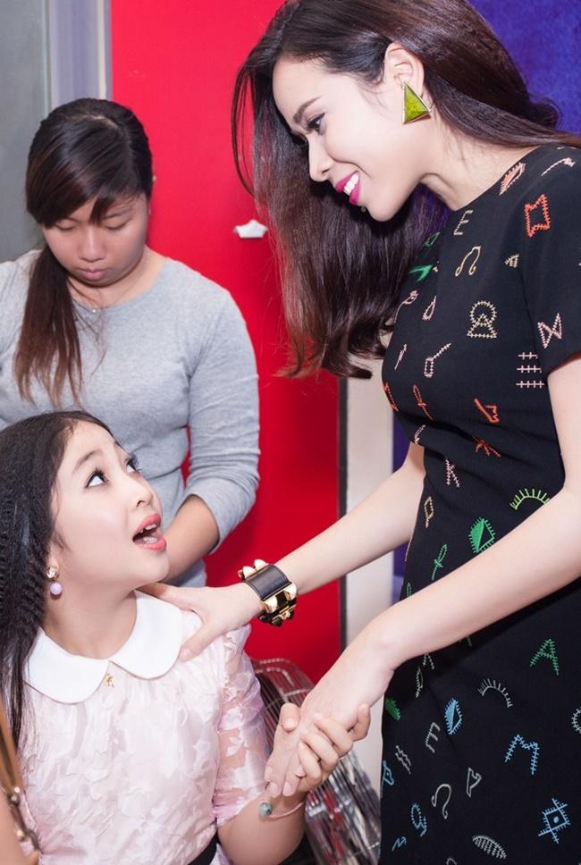 Hồ Hoài Anh khiến Lưu Hương Giang ngượng đỏ mặt trong hậu trường - Ảnh 1