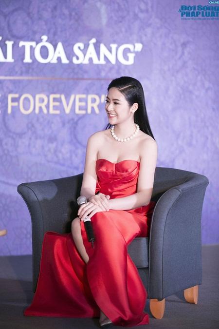 Hoa hậu Ngọc Hân gợi cảm tỏa sáng với váy tự thiết kế - Ảnh 6