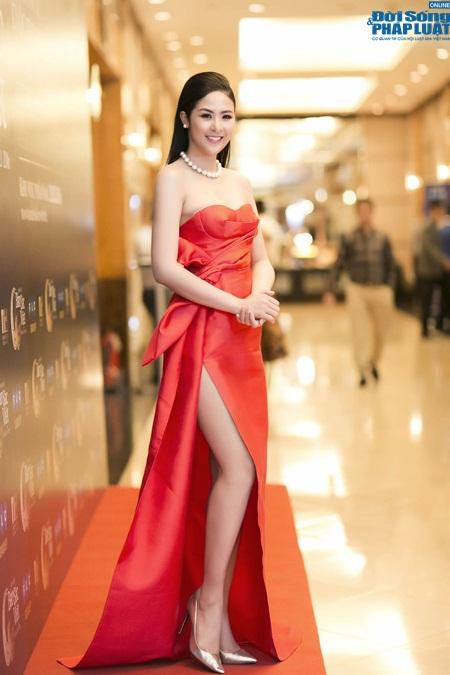 Hoa hậu Ngọc Hân gợi cảm tỏa sáng với váy tự thiết kế - Ảnh 1
