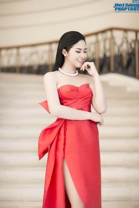 Hoa hậu Ngọc Hân gợi cảm tỏa sáng với váy tự thiết kế - Ảnh 3